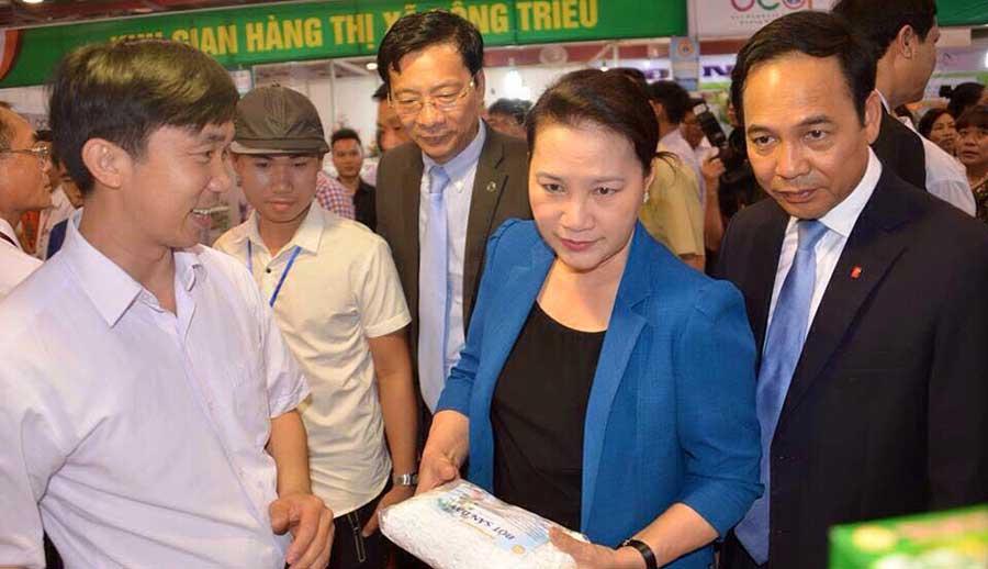 Chủ tịch Quốc Nguyễn Thị Kim Ngân thăm gian hàng của Nam Dược Y Võ – OCOP