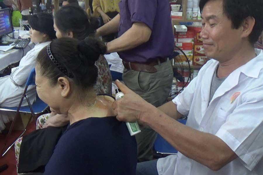 Sản phẩm Dầu ngải được các Lương y dùng kết hợp với xoa bóp, bấm huyệt để điều trị bệnh cơ xương khớp cho khách hàng ngay tại Hội chợ.