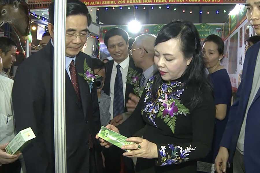 Bộ trưởng Bộ Y Tế Nguyễn Thị Kim Tiến cùng lãnh đạo các ban ngành thăm gian hàng